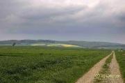 Gewitterwolken über ausgeräumter Landschaft